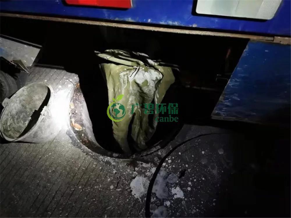 顺德容桂环运分局当场抓到一男子偷倒玻璃废渣到沙井